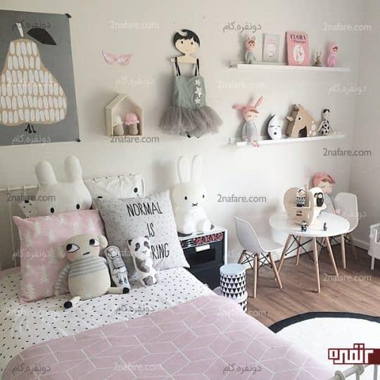 اتاق خواب کودکانه با تزئین عروسک ها و لوازم جذاب