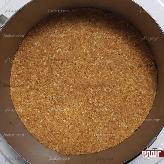 ریختن پایه کیک در قالب