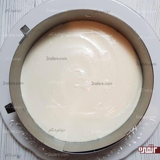 ریختن کرم پنیری روی پایه بیسکوییت