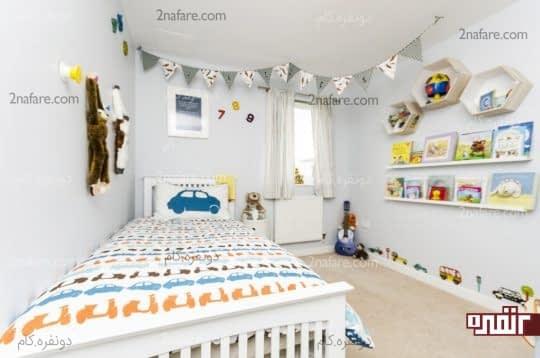 شلف ها و قفسه های پر از عروسک در اتاق بچه ها