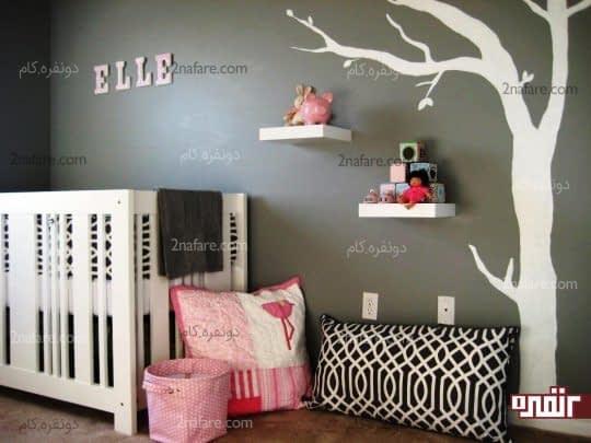 طرح درخت بر روی دیوار و قفسه های سفید رنگ جذاب