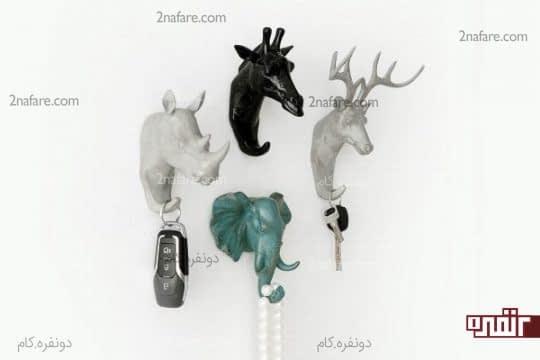 مجسمه ی حیوانات به عنوان آویزهای لباس