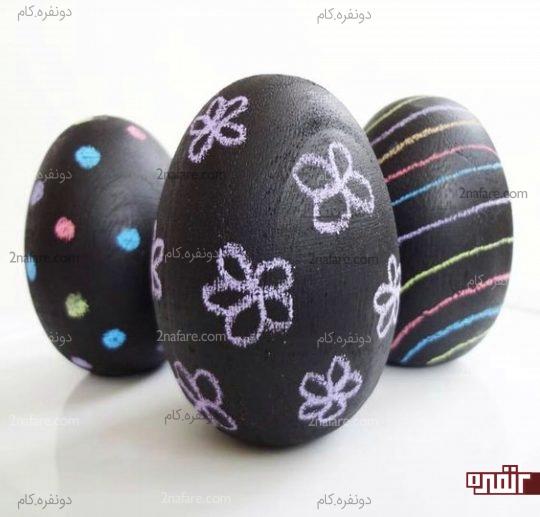 کشیدن طرح های کوچک روی تخم مرغ ها