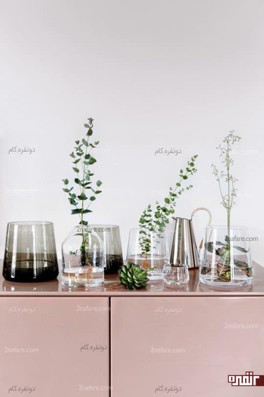 گلدان های شیشه ای و گل های شاخه ای