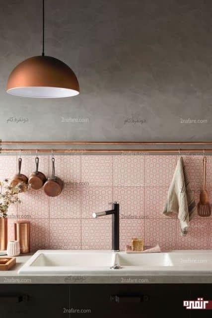آویزکردن لوازم ساده ی آشپزخانه به عنوان یک دکوری زیبا