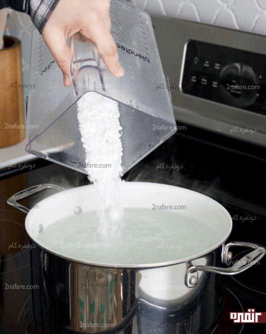 اضافه کردن صابون به آب مقطر گرم شده