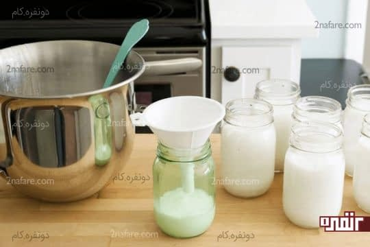 ریختن مایع دستشویی آماده شده در ظرف مخصوص