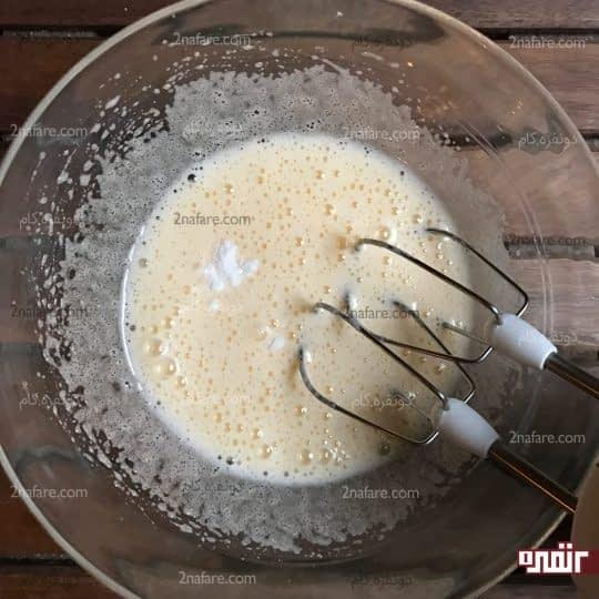 زدن تخم مرغ و شکر