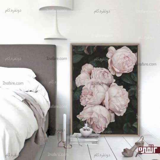 قرار دادن تصویری زیبا از رزهای صورتی در کنار تخت خواب