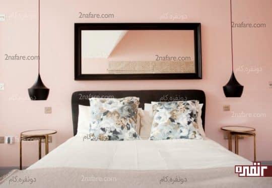 نصب آینه دیواری با قابی ساده بالای تخت