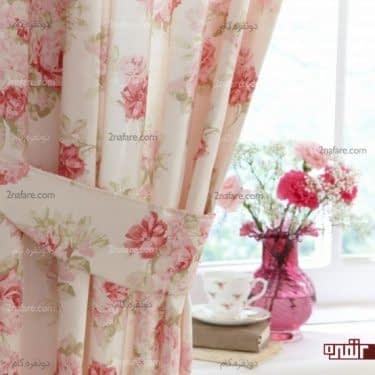پرده ی خوش رنگ و گلدان زیبا