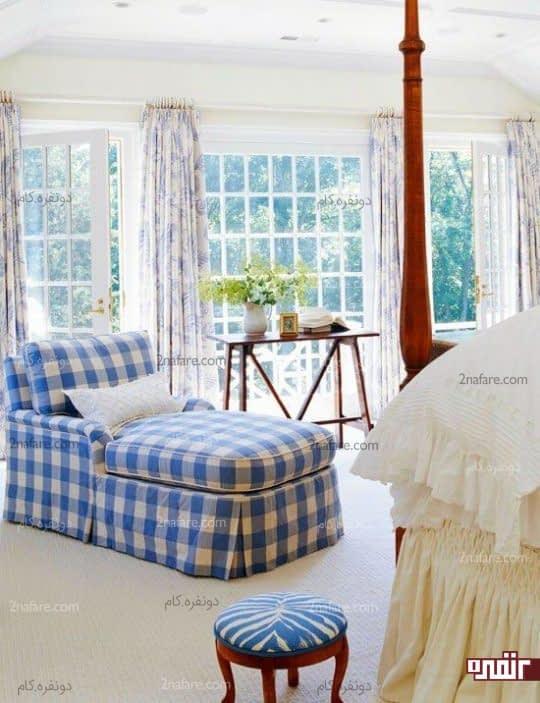 صندلی راحتی با چهارخونه های سفید آبی