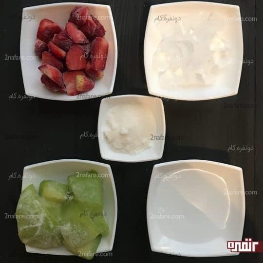 مواد لازم برای تهیه اسموتی دو رنگ طالبی و توت فرنگی