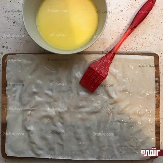 آغشته کردن خمیر یوفکا به مخلوط شیر