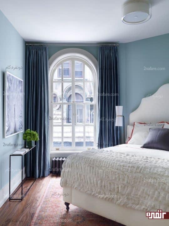 اتاق خواب به رنگ آبی تیره و مبلمان سفید