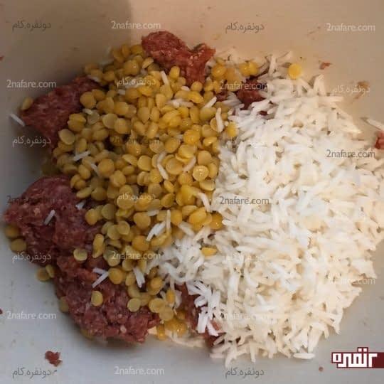 اضافه کردن برنج و لپه ی نیم پز