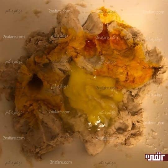 اضافه کردن تخم مرغ و زعفران