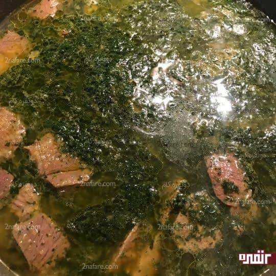 اضافه کردن سبزی سرخ شده