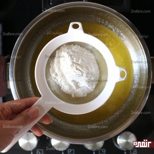 الک کردن آرد روی کره ذوب شده