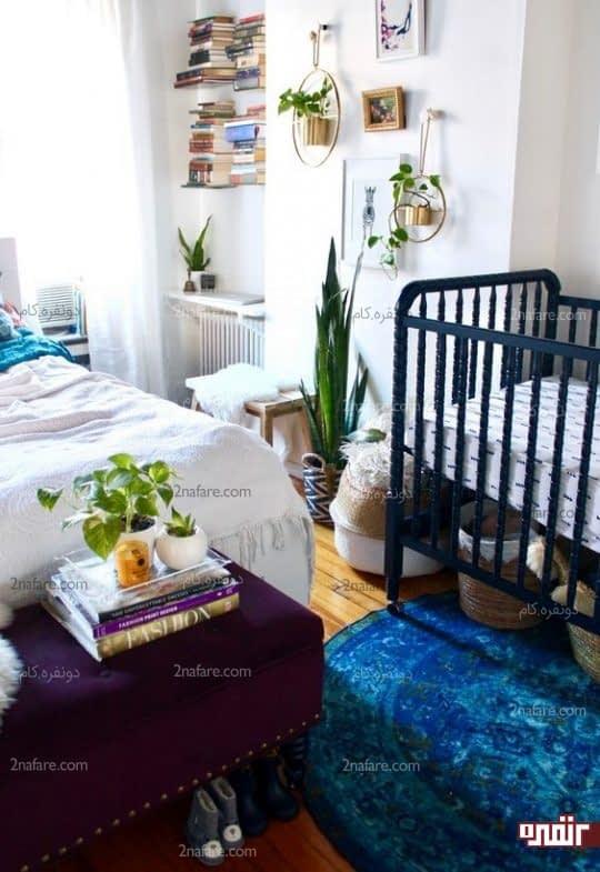 تخت نوزاد و سبدهای حصیری زیر تخت برای قرار دادن لوازم مورد نیاز