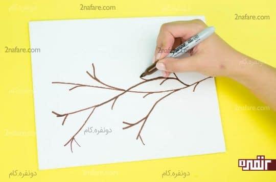 رسم شاخه درخت روی بوم با ماژیک نازک قهوه ای رنگ