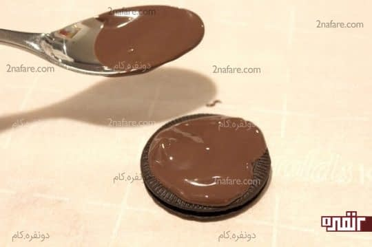 ریختن شکلات روی بیسکویت ها