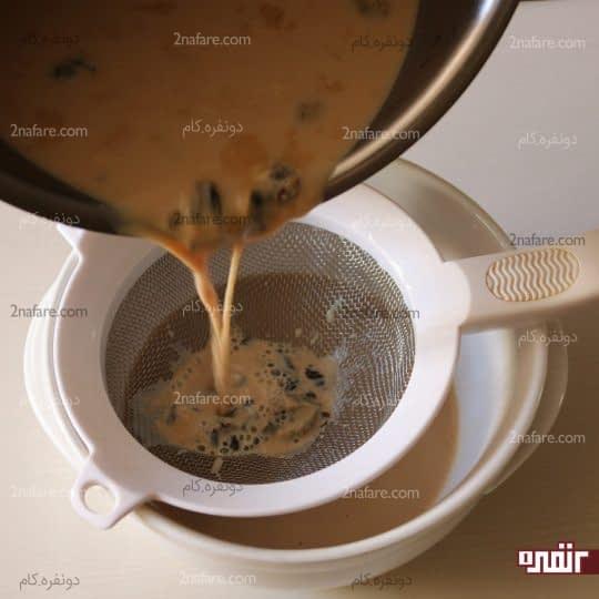 ریختن شیرچایی در صافی