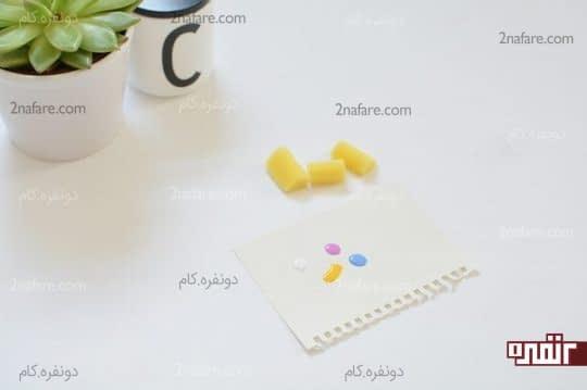 ریختن چند قطره لاک روی کاغذ
