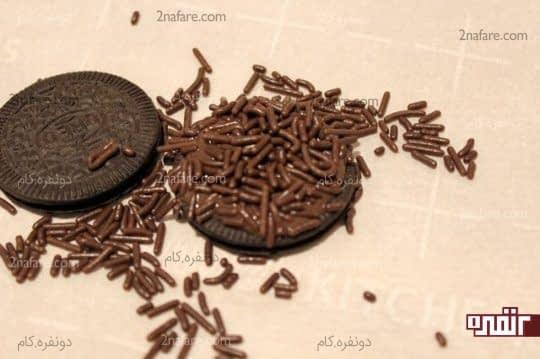 ریختن چیپس های شکلات روی بیسکویت ها