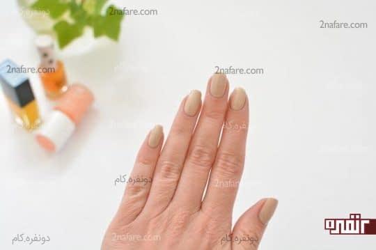 زدن لاک زمینه روی ناخن ها