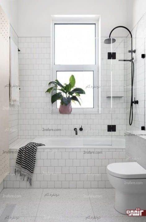قراردادن گل کنار پنجره نورگیر حمام