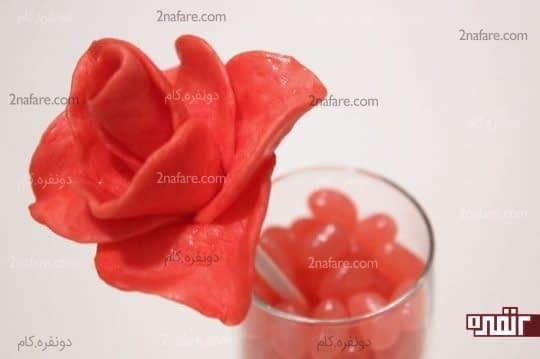 قرار دادن گلها در لیوان