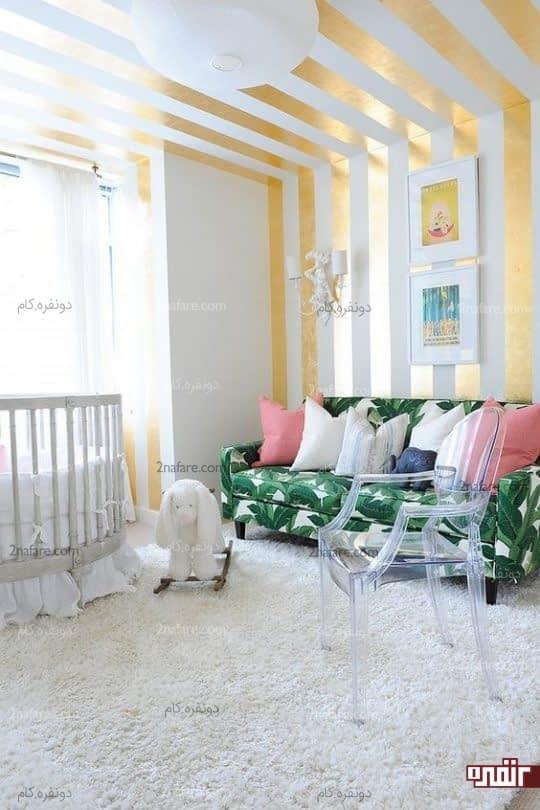 مبل با روکش زیبا و رنگ طلایی دیوارها