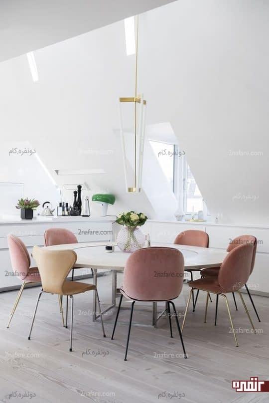 میز غذاخوری گرد با صندلی صورتی و بژ