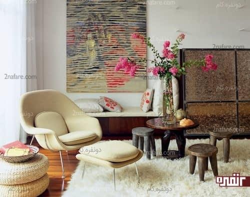 میز و نیمکت های چوبی و تابلوی نقاشی زیبا برای تزیین کنج خانه