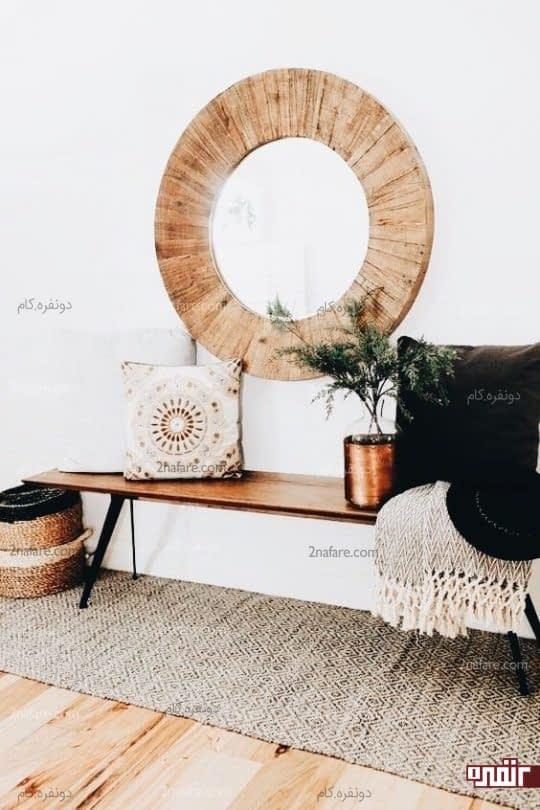 نیمکت چوبی، فرش پشمی، و قاب آینه چوبی به سبک بوهو