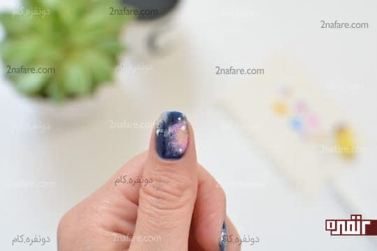 گذاشتن نقطه های سفید رنگ روی ناخن ها
