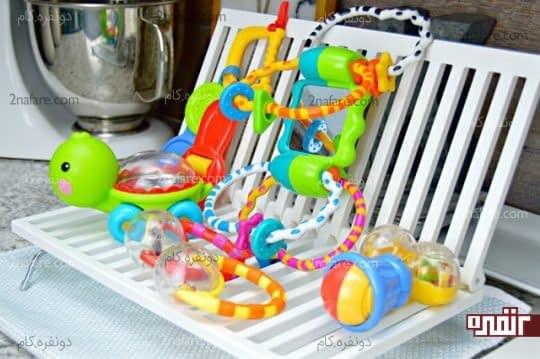 چیدن اسباب بازی ها در کنار یکدیگر به منظور خشک شدن
