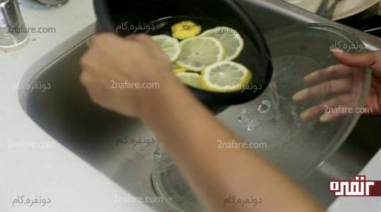 ریختن آب و لیمو روی سینی مایکروفر