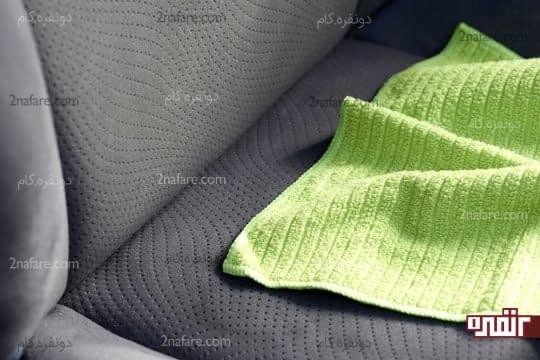 پاک کردن مواد از روی صندلی با استفاده از دستمال میکروفایبر