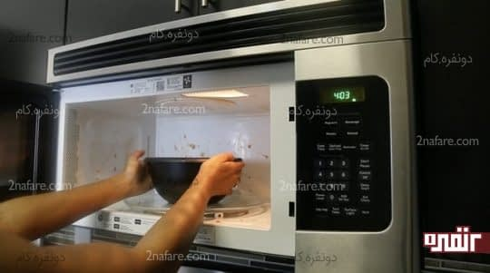قرار دادن کاسه آب و لیمو به مدت چند دقیقه در مایکروفر روشن