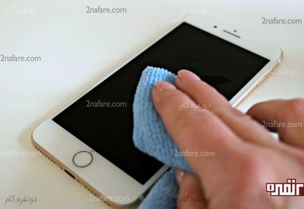 تمیز کردن تلفن همراه با استفاده از الکل و دستمال میکروفایبر