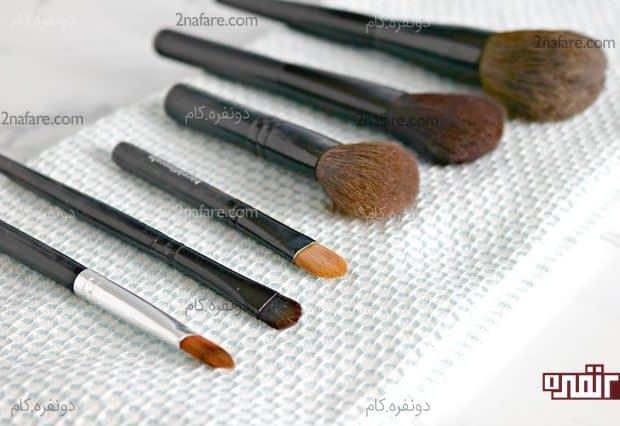 جدا کردن برس های آرایشی کثیف از میان سایر ابزار