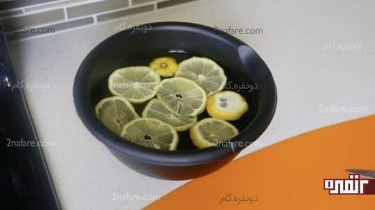 ریختن لیمو های خرد شده در کاسه آب