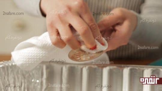 دستمال کشی اجسام نقره به منظور تمیز و خشک شدن