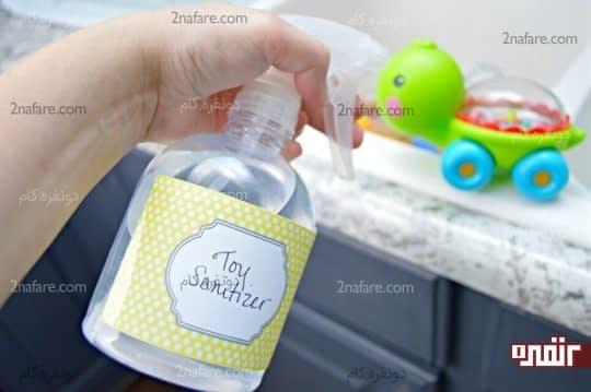 اسپری کردن محلول ایجاد شده روی اسباب بازی ها