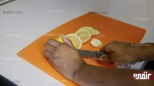 خرد کردن لیمو به قسمت های کوچک