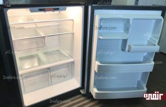 خالی کردن مواد درون یخچال و تمیز کردن آن
