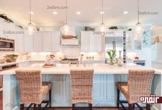 آشپزخانه ای تابستانی به رنگ آبی و صندلی های حصیری