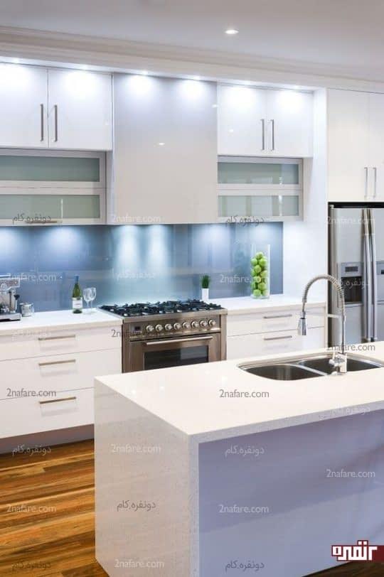 آشپزخانه تمیز و مرتب با نورپردازی و دکور جذاب